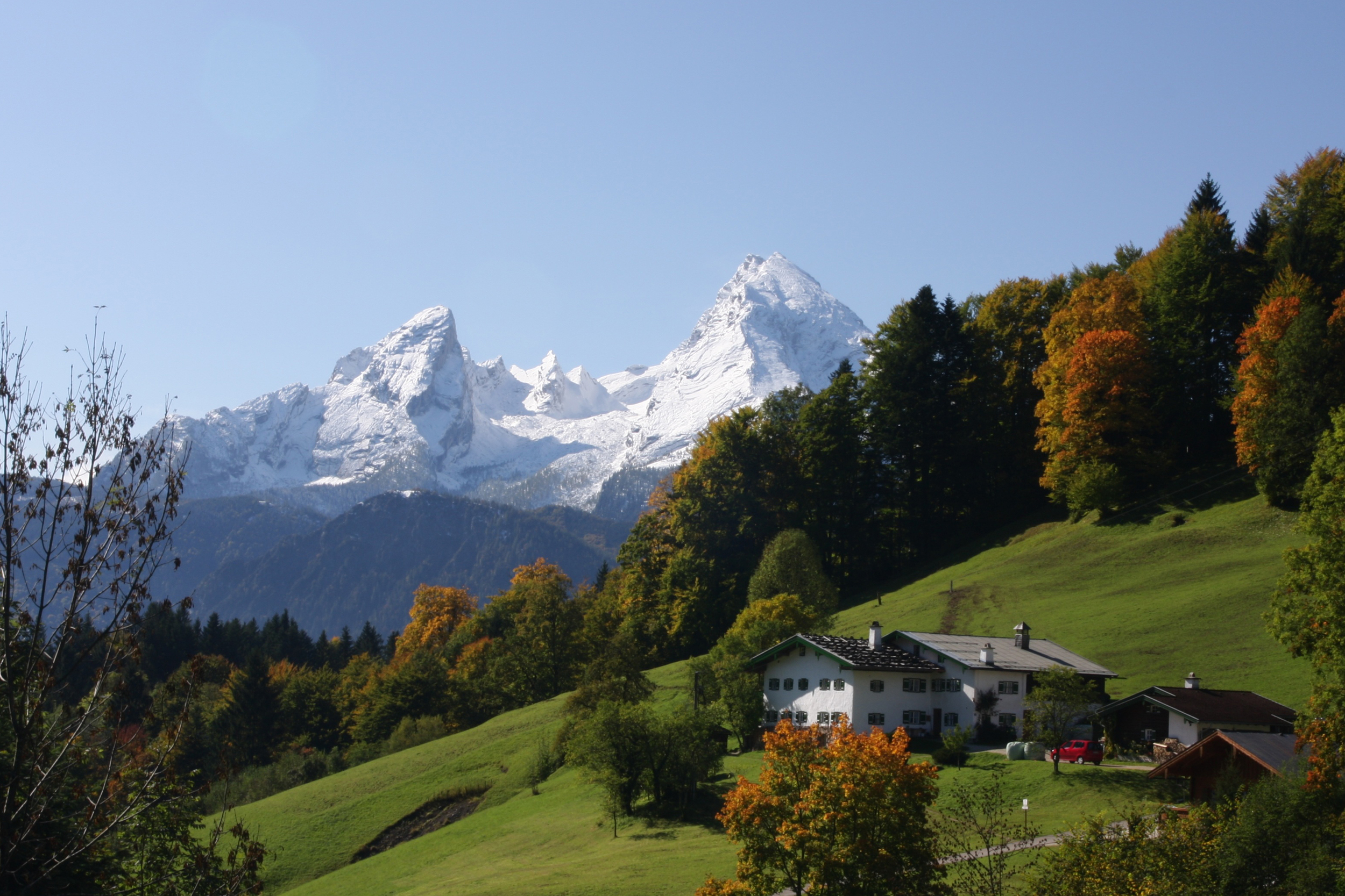 A house in front of a mountain in Berchtesgaden Alps
