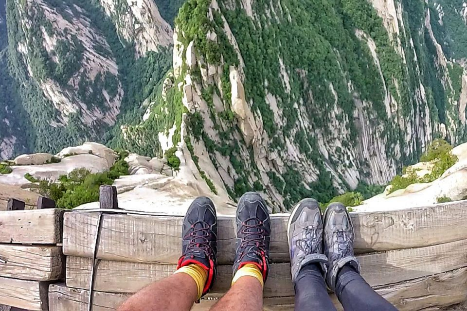 mount huashan climb people